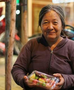 Món bánh của dì Hai Bưởi mang kỷ niệm tuổi thơ về cho rất nhiều người trẻ - Ảnh: Linh San