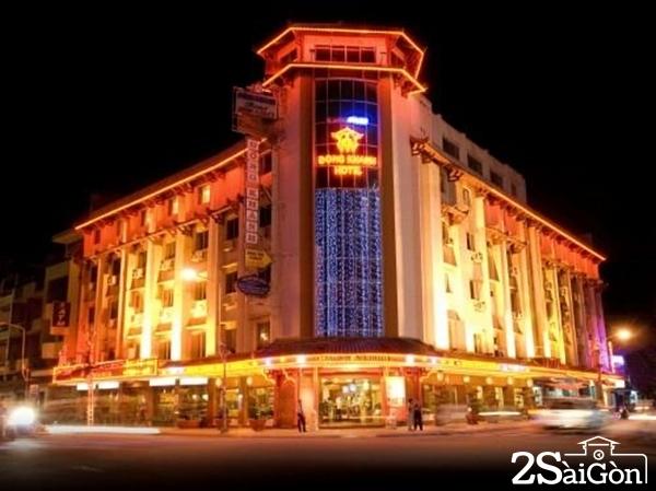 Nhà hàng khách sạn Đồng Khánh tọa lạc tại Chợ Lớn. Thương hiệu Đồng Khánh đã nổi tiếng trên 50 năm với tiêu chuẩn 3 sao là sự kết hợp hoàn hảo giữa nét đặc sắc Trung Hoa và thiết kế tinh tế của Việt Nam.