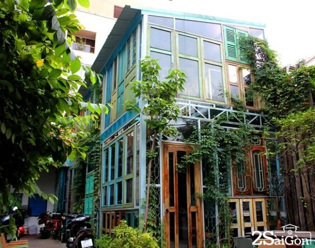 Co-gi-ben-trong-quan-cafe-chanh-nhat-SG-iVIVU.com-1