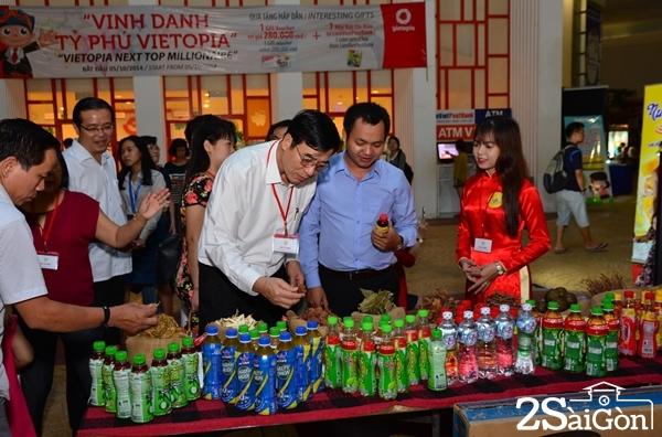 Các đại biểu đang tham quan các gian hàng.