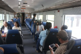 Hành khách đi tàu ngoại ô ngày khai trương - Ảnh Đức Phú