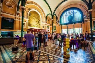 Bưu điện trung tâm Sài Gòn với sự đan xen giữa kiến trúc châu Âu và châu Á rất ấn tượng.