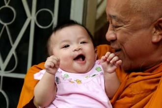 Sư thầy Thích Thiện Chiếu hiện đang nuôi dưỡng và chăm sóc trên 200 trẻ bị cha mẹ bỏ rơi.