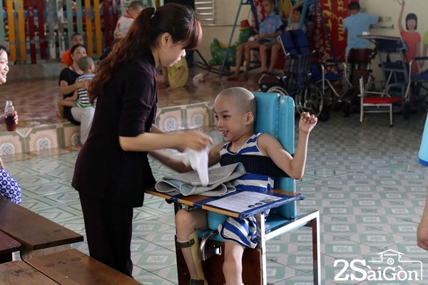 Những em bị bại não không đi, không đứng cũng không ngồi được nhưng sẽ được tập vật lý trị liệu mỗi ngày.