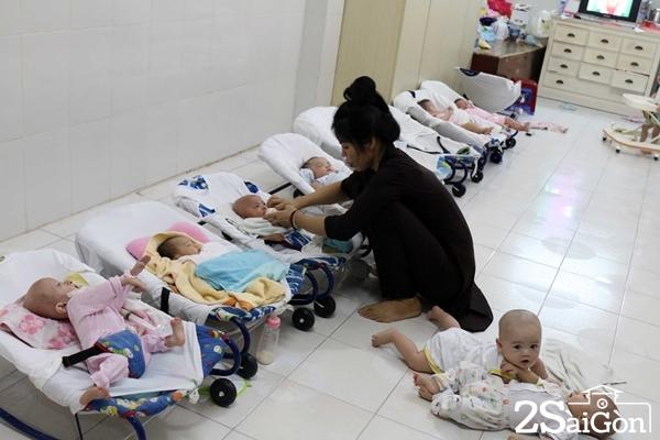 Những em nhỏ này được cha mẹ mang đến đặt ở chính điện hoặc cổng chùa. Thầy Thiện Chiếu sẽ xin ý kiến chính quyền trước khi làm giấy khai sinh cho các em.