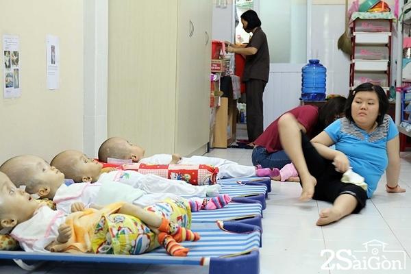Em Trần Thị Kim Chi (19 tuổi) được chùa nuôi dưỡng từ khi còn nhỏ, đến nay em Chi lại phụ bảo mẫu chăm sóc các em bị não úng thủy.