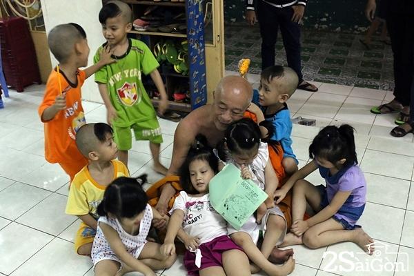 Các em bé quấn quýt và vui chơi cùng thầy Cả.