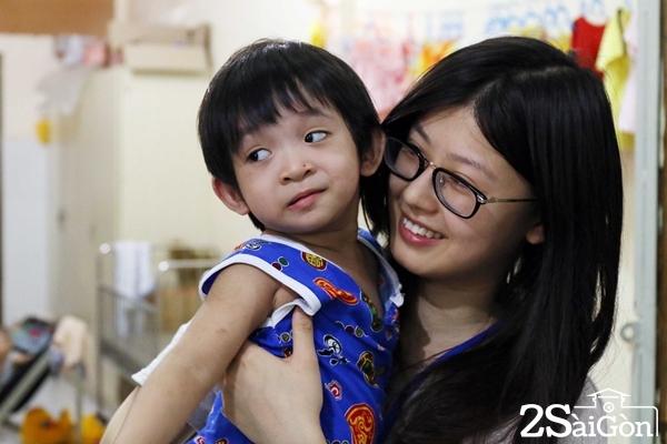 Tình nguyện viên người Trung Quốc thường xuyên đến phụ bảo mẫu để chăm sóc các em.