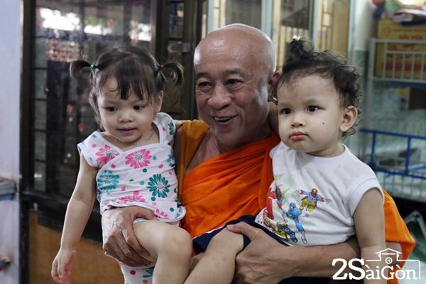 """""""Hai bé này được thầy đặt tên là Trần Bình An và Trần Hồ Hạnh Phúc, lớn lên rồi thầy mới biết hai bé là con lai"""", thầy Thiện Chiếu chia sẻ."""