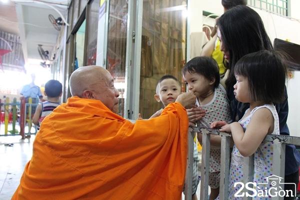 Thầy Thiện Chiếu vui chơi và chăm sóc các em. Với thầy, được nuôi dưỡng các em là duyên nợ từ kiếp trước.