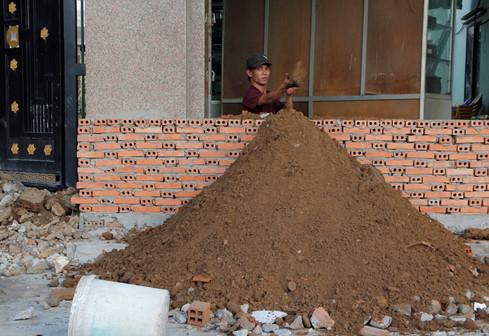 Ông Lê Cảnh Bửu (số 689, Kinh Dương Vương, P.An Lạc, Q.Bình Tân) cho biết khi nền được nâng lên 1,2 m thì khoảng không nhà ông mất gần một nửa