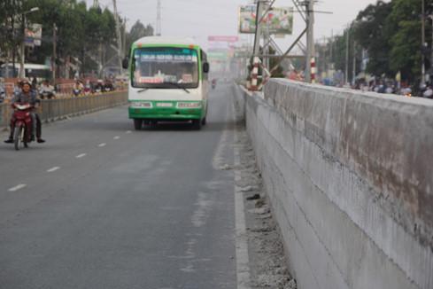 Phía giữa dải phân cách cao đến nửa chiếc xe buýt