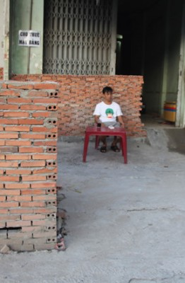 Dãy tường trên đường Kinh Dương Vương (Q.Bình Tân) bịt kín luôn cửa ra vào nhà dân