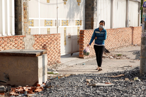Tường gạch kéo dài trên đoạn đường Kinh Dương Vương (đoạn từ vòng xoay Phú Lâm đến An Lạc)