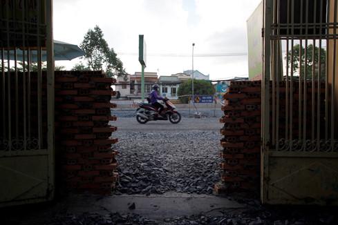 Tường cao bao vây nhiều nhà dân