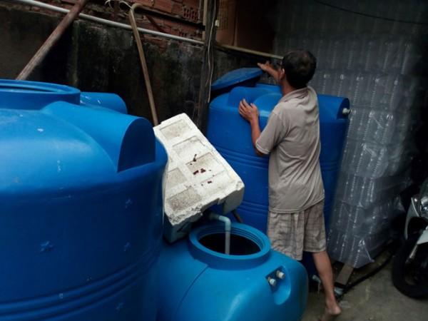 Những bồn chứa mà vợ chồng ông Hùng dùng để chế biến nước mắm