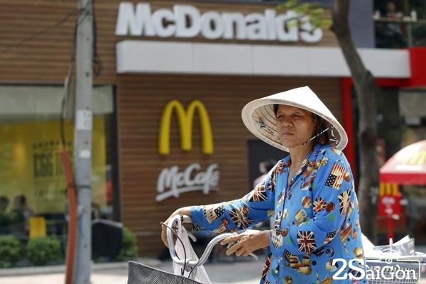 Sài Gòn vẫn giữ được nét đẹp cổ kính của riêng mình. ẢNH: REUTERS