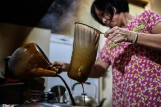 """Thuở đó, ở khắp Sài Gòn, đâu đâu người ta cũng uống cà phê pha bằng vợt mà không pha phin như bây giờ. """"Ngày đó cha tôi bản tính phóng khoáng hay đi đây đó chơi, thấy những người khách trú (cách gọi người Hoa) pha cà phê bằng vợt điệu nghệ, lại thơm ngon, không uống trong ly mà rót vào đĩa húp. Cụ thấy vừa lạ vừa thích nên cũng học cách pha để về mở quán"""", bà Sáu, con gái cụ Vĩnh Ngô chia sẻ."""