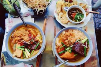 """Trên đường Phan Bội Châu (quận 1), sát chợ Bến Thành có một quán vỉa hè được bày bán theo phong cách """"rất Sài Gòn"""" chỉ với gánh bún thơm phức, khói tỏa nghi ngút. Ảnh: Thiệu Minh Hiếu"""