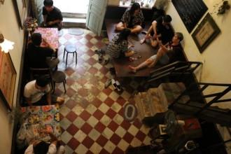 Không gian quán Út Lành bài trí như một ngôi nhà ở Sài Gòn những năm 1980. Ảnh: YẾN TRINH