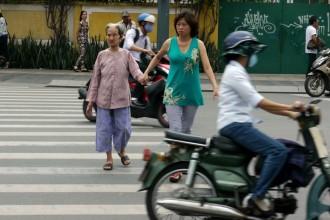 Một phụ nữ giúp người già qua đường - một hình ảnh đẹp trên đường phố Sài Gòn (ảnh chụp trên đường Nam Kỳ Khởi Nghĩa, Q.3, TP.HCM) - Ảnh: N.C.T.