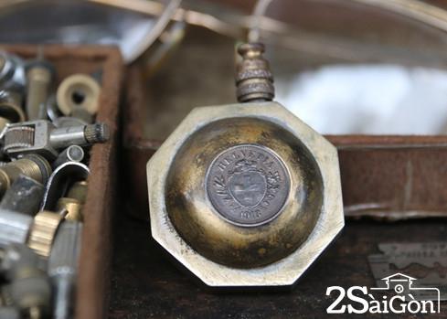 Một chiếc hộp quẹt cổ được sản xuất ở Thụy Sĩ từ năm 1913. Ảnh: Nguyên Mi
