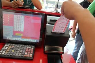 Khách hàng chọn số yêu thích trên thẻ số, máy bán sẽ tự động lưu số và in vé.  Ảnh: Zen Nguyễn.