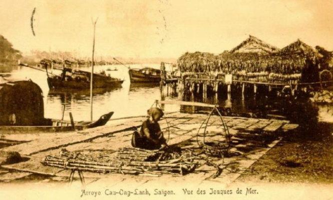 """Khu vực Cầu Ông Lãnh và con rạch nhỏ chảy ra rạch Bến Nghé (nay là đường Nguyễn Thái Học. Q.1, TP.HCM) thời kỳ đầu thuộc Pháp (trước 1975 thuộc Q.2), nằm giáp khu vực 3km2 đã khác xa """"hòn ngọc"""" cạnh bên. Ảnh tư liệu"""