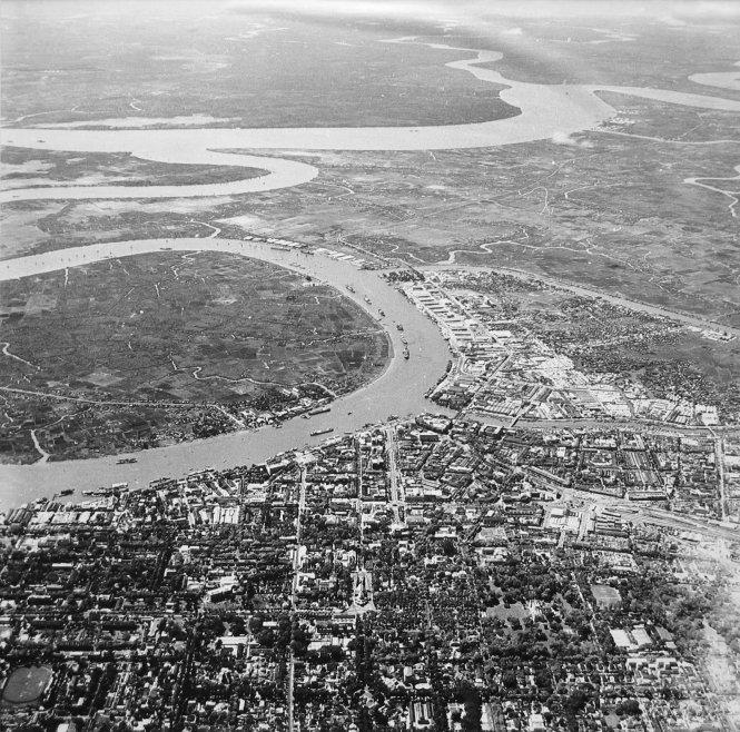 Trong khi quận 1 (phía gần trong ảnh) thì quận 4, 7 (phía xa trong ảnh) và Thủ Thiêm (nay là quận 2) đến năm 1954, khi Pháp rút vẫn ngập trong đầm lầy. Ảnh tư liệu