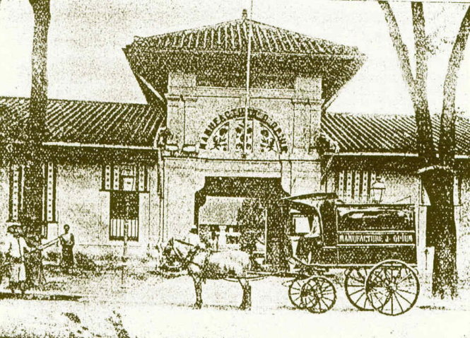 Xưởng thuốc phiện (trên chiếc xe ngựa của xưởng ghi rõ: Manufacture d'Opium: xưởng thuốc phiện) giữa khu vực hòn ngọc Q.1 thời thuộc Pháp. Khu xưởng này cung ứng từ 1/3 đến 1/2 ngân sách toàn Đông Dương. Ảnh tư liệu