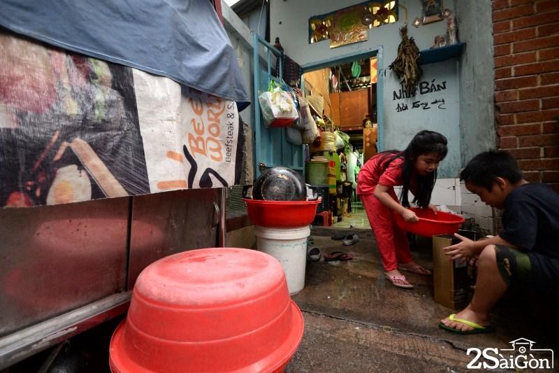 Căn nhà nhỏ xíu 15m2 của gia đình bà Vân nằm trên con hẻm ở đường Lý Tự Trọng, quận 1, nơi cư ngụ của 20 thành viên.