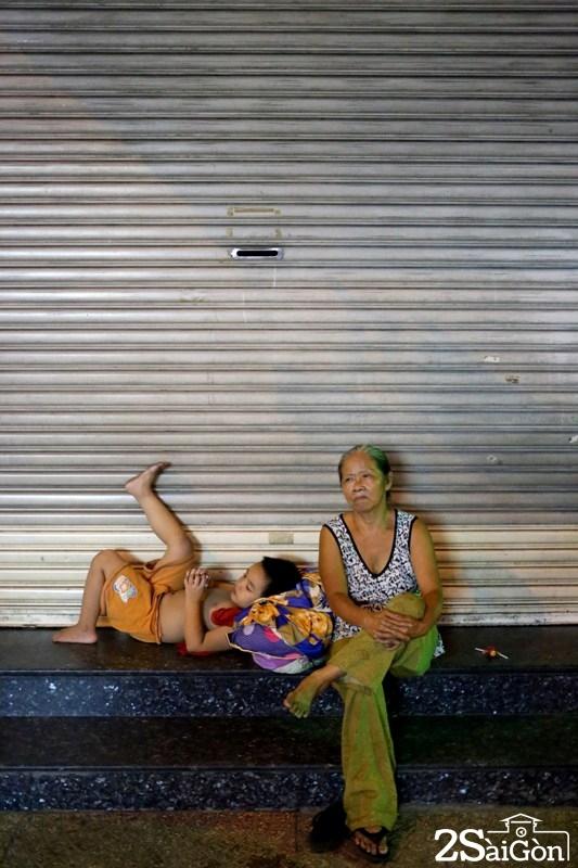 Trải qua hơn nửa đời người ở đất Sài Gòn hoa lệ, chưa một lần bà Vân có được giấc ngủ thật thoải mái khi ngày nào cũng phải đi kiếm vỉa hè để ngả lưng qua đêm.