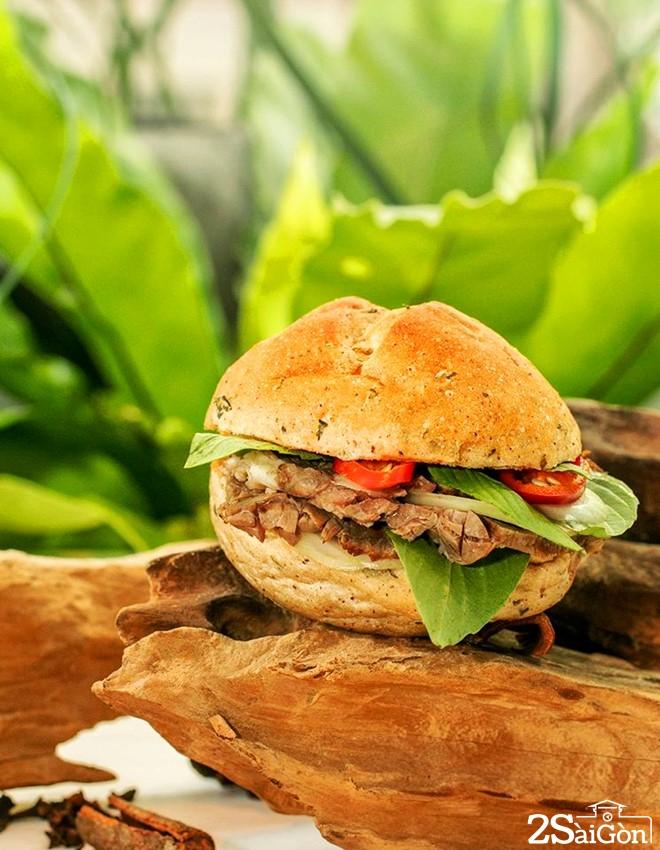 Bánh mì phở do một quán cà phê trên đường Trương Định, quận 1, TP HCM giới thiệu với thực khách. Ảnh: Facebook của quán.