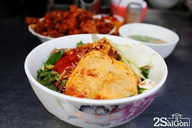Phở chua trên đường Nguyễn Thiện Thuật, quận 3 là địa điểm quen thuộc với người sành ăn Sài Gòn. Quán bán từ 15h hàng này, tuy nhiên, lượng khách nhiều đến mức, quán chỉ có 3 nhân viên, song một người được phân công đảm trách việc đóng hộp từ lúc bán đến lúc đóng cửa.