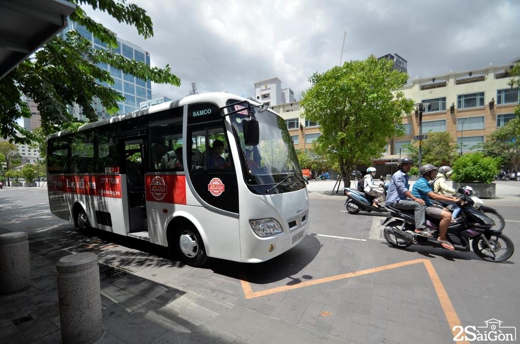 Xe buýt Hop on-Hop off đang dừng tại phố đi bộ Nguyễn Huệ.