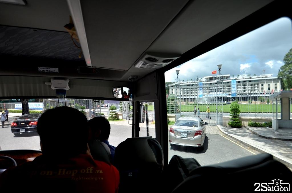 Xe buýt đến trước hội trường Thống Nhất.