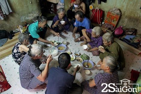 Cuộc sống của 'Đại gia đình' 37 người bán vé số ở Sài Gòn 1