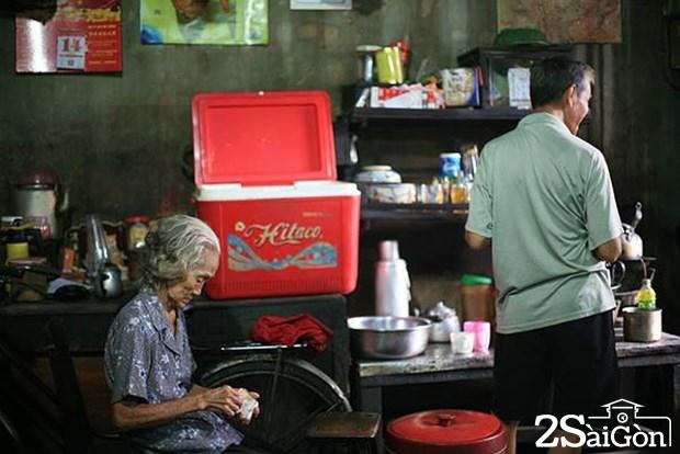 Đi uống cà phê kiểu xưa sau lưng chợ Thiếc ở Sài Gòn 7
