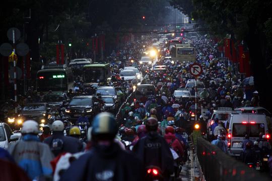 """Kẹt xe kinh hoàng, người Sài Gòn """"chết lặng"""" dưới cơn mưa 1"""