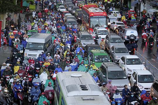 """Kẹt xe kinh hoàng, người Sài Gòn """"chết lặng"""" dưới cơn mưa 10"""