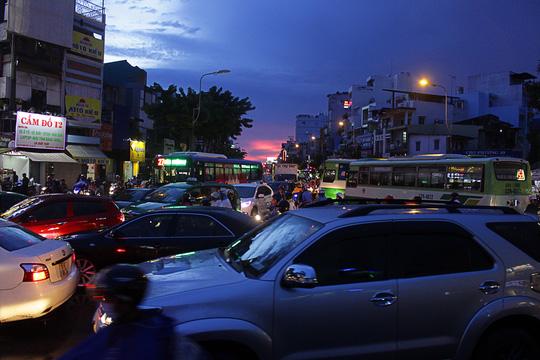 """Kẹt xe kinh hoàng, người Sài Gòn """"chết lặng"""" dưới cơn mưa 13"""