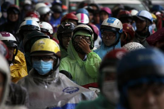 """Kẹt xe kinh hoàng, người Sài Gòn """"chết lặng"""" dưới cơn mưa 16"""