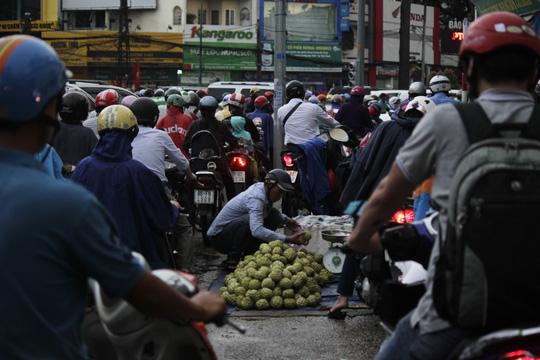 """Kẹt xe kinh hoàng, người Sài Gòn """"chết lặng"""" dưới cơn mưa 2"""