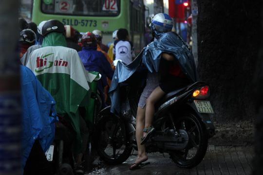 """Kẹt xe kinh hoàng, người Sài Gòn """"chết lặng"""" dưới cơn mưa 4"""