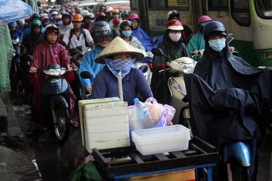 """Kẹt xe kinh hoàng, người Sài Gòn """"chết lặng"""" dưới cơn mưa 6"""
