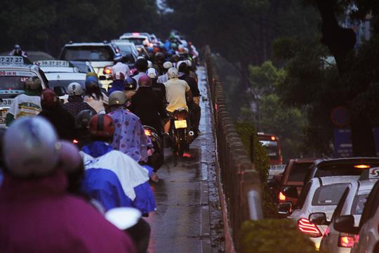 """Kẹt xe kinh hoàng, người Sài Gòn """"chết lặng"""" dưới cơn mưa 8"""