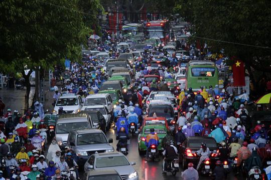 """Kẹt xe kinh hoàng, người Sài Gòn """"chết lặng"""" dưới cơn mưa 9"""
