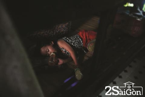 Bé gái cầm cùng lúc hai bình nước và sữa nằm ngủ ngon lành trong khu nhà tình thương của chùa Diệu Giác (177 Trần Não, P.Bình An, Q.2). Bé là một trong số hơn 100 trẻ bị bỏ rơi, lang thang cơ nhỡ... đang được nhà chùa nuôi dưỡng.