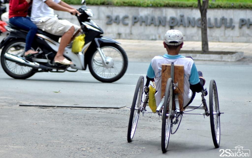 Ngộ nghĩnh xe đạp nằm tự chế trên đường phố Sài Gòn 11