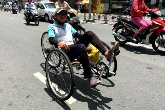Ngộ nghĩnh xe đạp nằm tự chế trên đường phố Sài Gòn 2